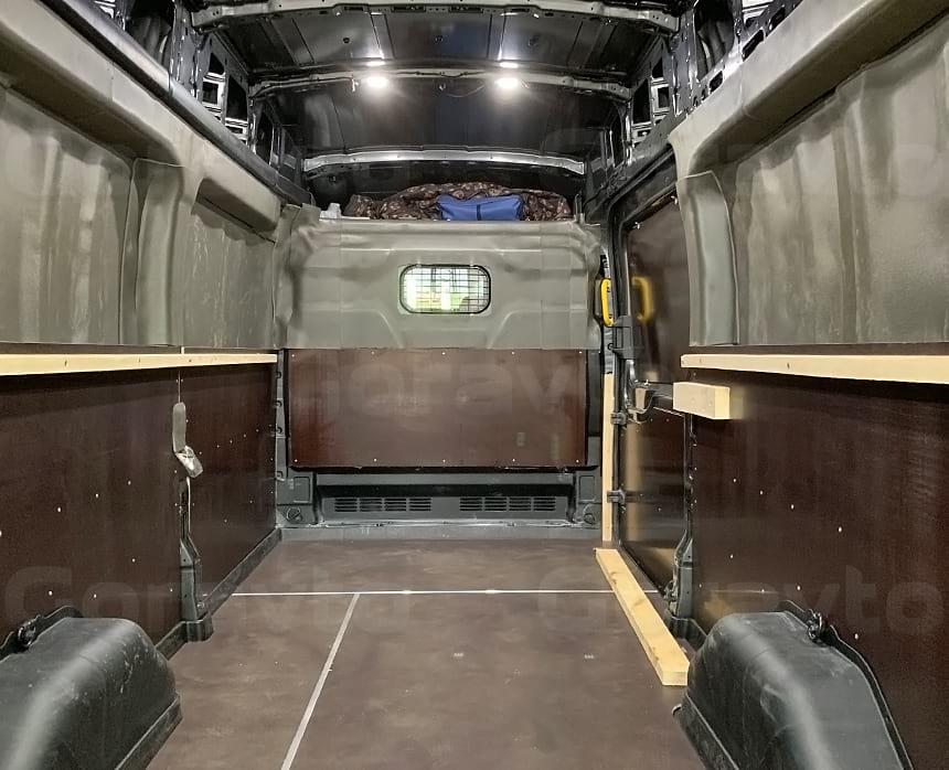 Готовая обшивка и оборудование фургона для перевозки хрупких грузов