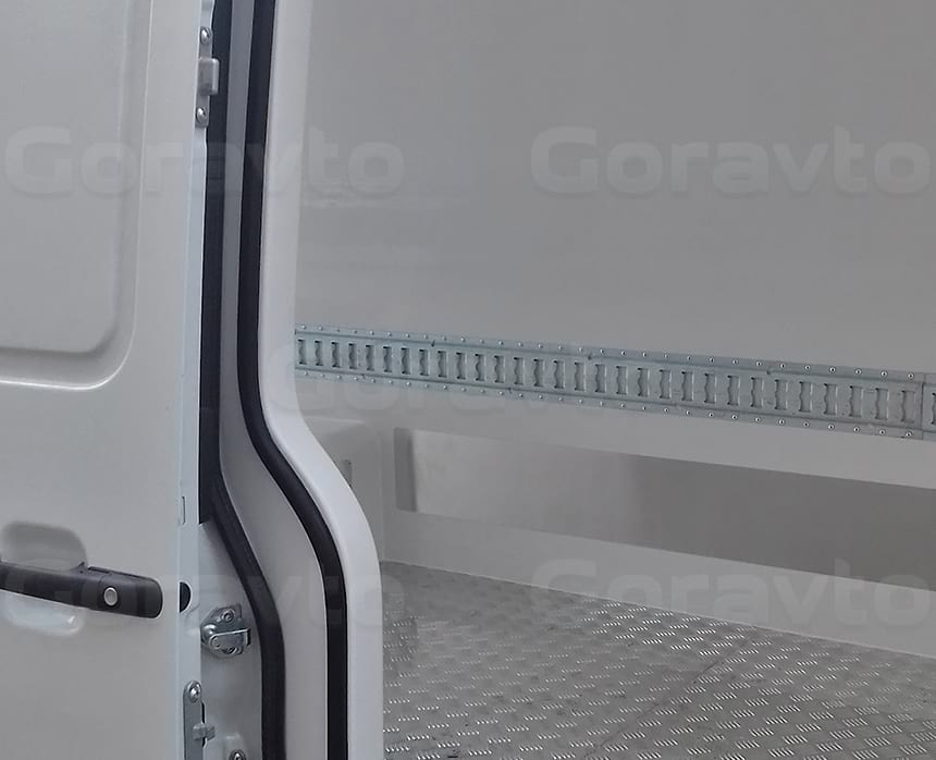 Изготовление изотермического фургона на базе цельного металла сопряжено со сложной боковой дверью