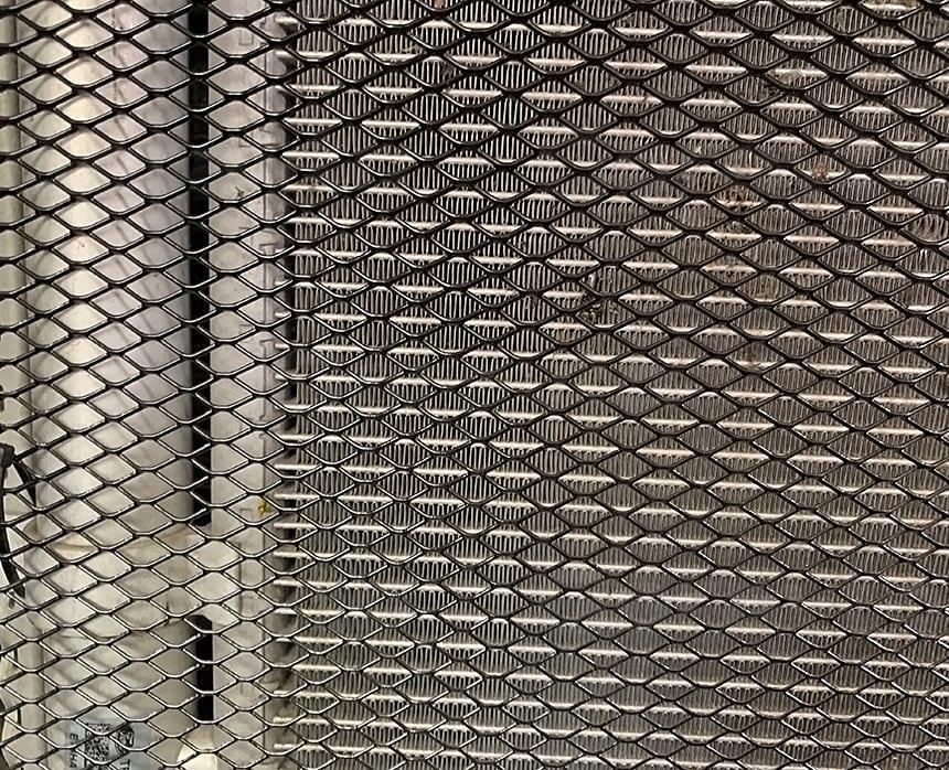 Крепление сетки на подкапотное пространство микроавтобуса