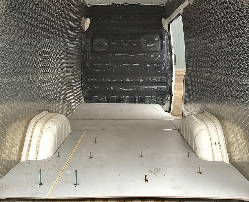 Обшивка алюминием стен фургона и обшивка фанерой пола