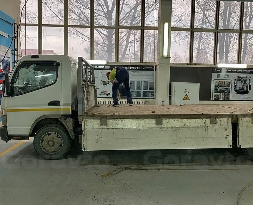 Производим демонтаж усиленных уголков по периметру напольного покрытия