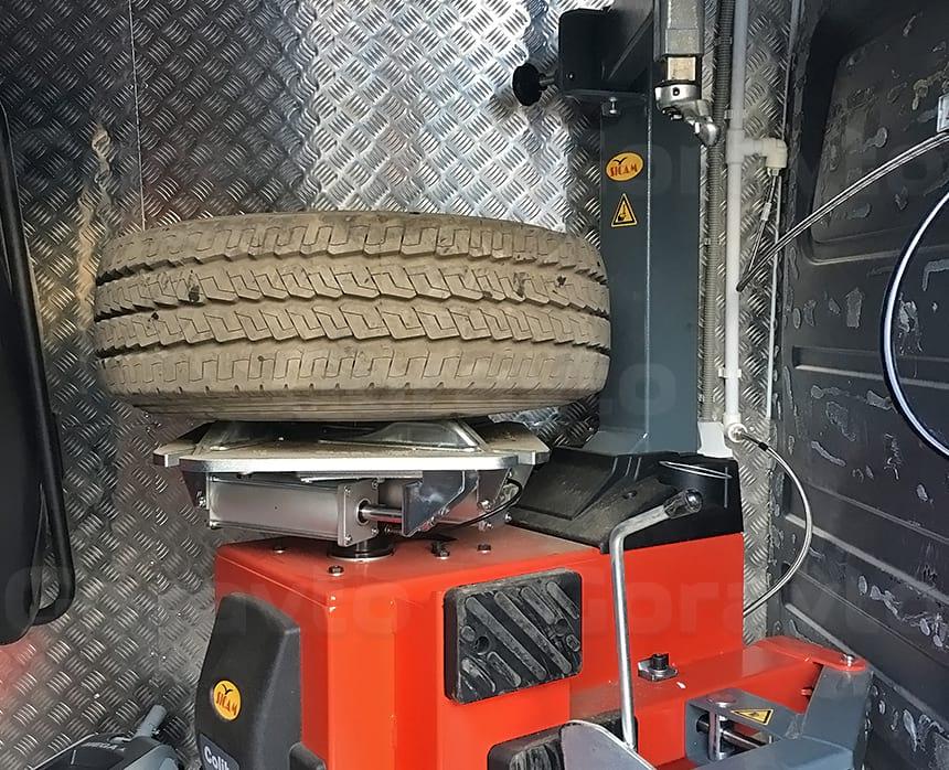 Размещение шиномонтажного станка в кузове фургона