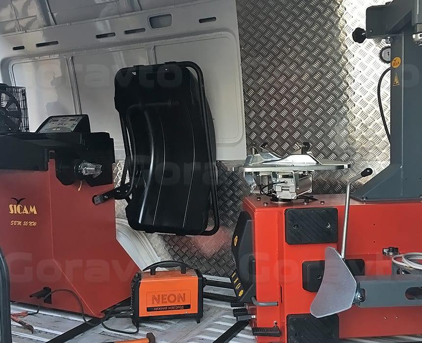 Рсстановка шиномонтажного оборудования в рабочей зоне грузового фургона