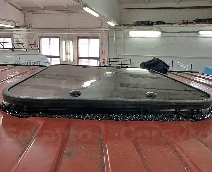 Вклейка люка на крышу фургона специальным стекольным герметиком