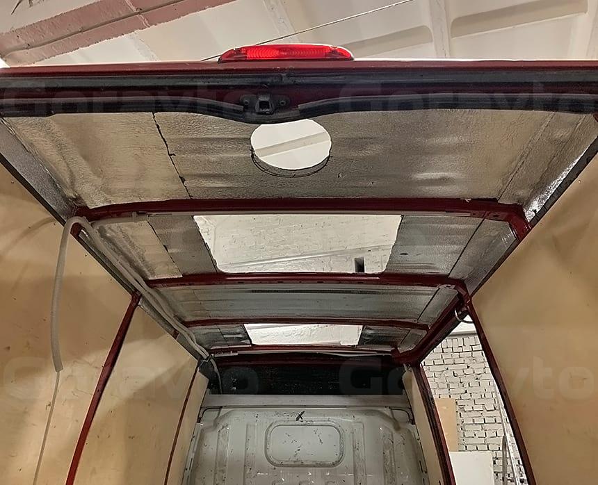 Вырез 3-х отверстий в крыше фургона между ребрами жесткости