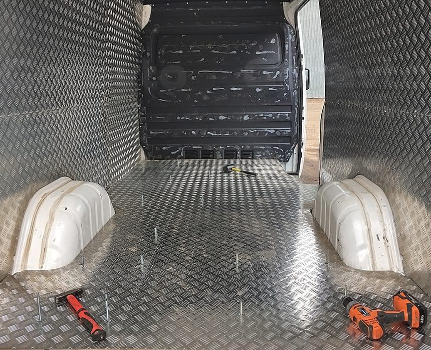 Вывели шпильки через алюминий на полу фургона